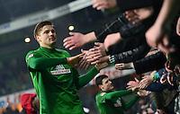FUSSBALL   1. BUNDESLIGA   SAISON 2012/2013    20. SPIELTAG SV Werder Bremen - Hannover 96                           01.02.2013 Sebastian Proedl (SV Werder Bremen) bedankt sich nach dem Abpfiff bei den Fans in der Ostkurve