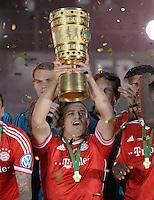 FUSSBALL       DFB POKAL FINALE        SAISON 2012/2013 FC Bayern Muenchen - VfB Stuttgart    01.06.2013 Bayern Muenchen ist Pokalsieger 2013: Xherdan Shaqiri jubelt mit dem Pokal.