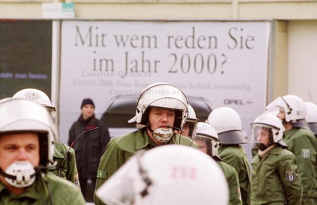 Aufgrund einer ominoesen Morddrohung eines Berliner Brandstifters wurde die alljaehrliche Demonstration linker Gruppen und Parteien zum Gedenken an die Ermordung Karl Liebknechts und Rosa Luxemburg im Jahre 1919 vom Berliner Polizeipraesidenten Saberschinsky verboten.<br /> Trotz des Demonstrationsverbotes versammelten sich mehrere tausend Menschen und zogen in einem Protestmarsch durch die Berliner Innenstadt.<br /> Hier: Die Polizei hat die Demonstration eingeschlossen.<br /> Berlin, 9.1.2000<br /> Copyright: Christian-Ditsch.de<br /> [Inhaltsveraendernde Manipulation des Fotos nur nach ausdruecklicher Genehmigung des Fotografen. Vereinbarungen ueber Abtretung von Persoenlichkeitsrechten/Model Release der abgebildeten Person/Personen liegen nicht vor. NO MODEL RELEASE! Nur fuer Redaktionelle Zwecke. Don't publish without copyright Christian-Ditsch.de, Veroeffentlichung nur mit Fotografennennung, sowie gegen Honorar, MwSt. und Beleg. Konto: I N G - D i B a, IBAN DE58500105175400192269, BIC INGDDEFFXXX, Kontakt: post@christian-ditsch.de<br /> Bei der Bearbeitung der Dateiinformationen darf die Urheberkennzeichnung in den EXIF- und  IPTC-Daten nicht entfernt werden, diese sind in digitalen Medien nach &sect;95c UrhG rechtlich gesch&uuml;tzt. Der Urhebervermerk wird gemaess &sect;13 UrhG verlangt.]