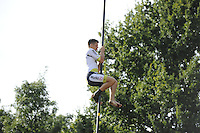 FIERLJEPPEN: BURGUM: 10-09-2016, Pollepleats Nationale Competie, Laatste sprong Bart Helmholt, ©foto Martin de Jong