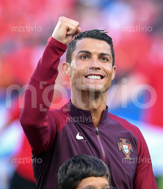 FUSSBALL EURO 2016 GRUPPE F IN PARIS Portugal - Oesterreich      18.06.2016 Cristiano Ronaldo (Portugal) ballt schon vor dem Anpfiff die Faust