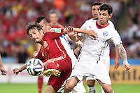 FUSSBALL WM 2014  VORRUNDE    Gruppe B     Spanien - Chile                           18.06.2014 David Silva (li, Spanien) gegen Eugenio Mena (re, Chile)