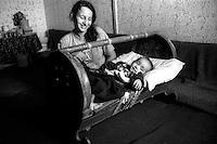 Montenegro  Novembre 2000.Campo profughi di Konik 1.Hairie 19 anni,etnia rom, con il figlio nella culla.