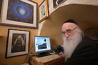 Asie/Israël/Galilée/Safed: Yaakov Kaszmacher ex hippie peintre, photographe et hassid devant son ordinateur