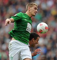 FUSSBALL   1. BUNDESLIGA   SAISON 2012/2013   3. SPIELTAG Hannover 96 - SV Werder Bremen     15.09.2012 Nils Petersen (li, SV Werder Bremen) gegen Mario Eggimann (re, Hannover 96)