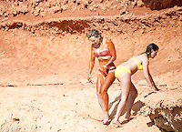Kate Hudson enjoying vacations covered in mud on the beach of Ibiza, Spain, 14.07.2016. Credit: insight media /MediaPunch ***FOR USA ONLY*** **CALL FOR RATES***