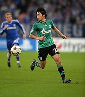 FUSSBALL   CHAMPIONS LEAGUE   SAISON 2013/2014   GRUPPENPHASE FC Schalke 04 - FC Chelsea        22.10.2013 Atsuto Uchida (FC Schalke 04) am Ball