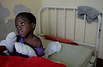 Foto: VidiPhoto..MASVINGO - Topdrukte in het missieziekenhuis Morgenster in Masvingo Zimbabwe. Omdat er nauwelijks medicijnen voorhanden zijn en veel staatsziekenhuizen nog plat liggen vanwege stakingen, krijgen de missieziekenhuizen in Zimbabwe te maken met een enorme golf aan patiënten uit de wijde regio. Zo ook het missieziekenhuis Morgenster bij Masvingo, dat gerund wordt door de Nederlandse arts Herman ten Hove. Het ziekenhuis wordt onder meer financieel gesteund door de Nederlandse zendingsorganisatie GZB. Foto: Een kind met twee verbrande armen.
