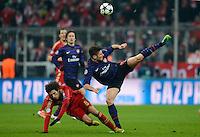 FUSSBALL  CHAMPIONS LEAGUE  ACHTELFINALE  HINSPIEL  2012/2013      FC Bayern Muenchen - FC Arsenal London     13.03.2013 Javi Martinez (FC Bayern Muenchen) gegen Olivier Giroud (re, Arsenal)
