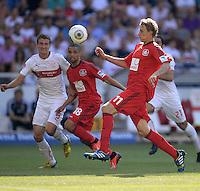Fussball  1. Bundesliga  Saison 2013/2014  2. Spieltag VfB Stuttgart - Bayer Leverkusen     17.08.2013 Stefan Kiessling (re, Bayer 04 Leverkusen) beobachtet von Daniel Schwaab (li, VfB Stuttgart) und Sidney Sam (Mitte, Bayer 04 Leverkusen)