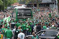 FUSSBALL   1. BUNDESLIGA   SAISON 2012/2013    33. SPIELTAG SV Werder Bremen - Eintracht Frankfurt                   11.05.2013 Fans vom SV Werder Bremen bilden fuer den Mannschaftsbus an der Zufahrt zum Stadion ein Spalier