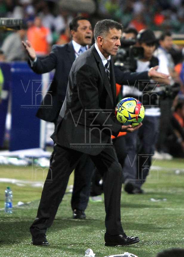 MEDELL&Iacute;N -COLOMBIA, 14-07-2013. Juan Carlos Osorio Director t&eacute;cnico del Atl&eacute;tico Nacional en acci&oacute;n. Primer partido de la final de la Liga Postob&oacute;n  entre Atl&eacute;tico Nacional e Independiente Santa Fe , jugado en el estadio Atanasio Girardot de la ciudad de Medell&iacute;n ./ Coach Juan Carlos Osorio Atletico Nacional in actionFirst game of Postob&oacute;n League final between Atletico Nacional and who corresponds Santa Fe, he played in the Atanasio Girardot stadium in Medellin<br />
