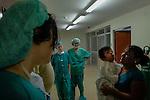 2015-03-03. UN &Aacute;NGEL CON LAS ALAS PEGADAS. &copy; Calamar2/Susana HIDALGO &amp; Pedro ARMESTRE<br /> Angel Cesar, en brazos de su madre Edita, es observado por el equipo medico que le va a operar momentos antes de la intervenci&oacute;n. La cirujana  asturiana  Lourdes Cos&iacute;o Tubio (izquierda) y las dos enfermeras catalanas Lidia Garc&iacute;a Sannicolas (centro) y Mercedes Messa (derecha) <br />   &Aacute;ngel C&eacute;sar Alonso, de 10 meses, naci&oacute; por ces&aacute;rea en Chiclayo (Per&uacute;) y los m&eacute;dicos le diagnosticaron s&iacute;ndrome de Apert, una enfermedad gen&eacute;tica que afecta a la forma de la cabeza y que hace que el peque&ntilde;o tenga los ojos abultados y padezca sindactilia (los dedos de las manos y de los pies pegados). El s&iacute;ndrome de Apert es una de las 7.000 enfermedades raras que existen en el mundo y su prevalencia oscila entre 1 y 6 casos por cada 100.000 nacimientos. La historia de este beb&eacute; es la historia de unos padres coraje, C&eacute;sar Cruz y Edita Jim&eacute;nez, que se desviven para que el peque&ntilde;o pueda tener la mejor calidad de vida posible. C&eacute;sar y Edita acudieron el pasado mes de marzo junto a su beb&eacute; al hospital San Juan de Dios, en Chiclayo, al reclamo de una campa&ntilde;a solidaria de intervenciones quir&uacute;rgicas organizadas por la Sociedad Espa&ntilde;ola de Cirug&iacute;a Pl&aacute;stica, Reparadora y Est&eacute;tica (Secpre) y la ONG Juan Ciudad. Los cirujanos espa&ntilde;oles le operaron las manos para separar unos dedos de otros. La intervenci&oacute;n dur&oacute; aproximadamente una hora y media y el peque&ntilde;o necesit&oacute; de curas posteriores.<br /> La operaci&oacute;n fue el primer paso en la mejora de la salud de &Aacute;ngel. Necesitar&aacute; al menos otra m&aacute;s para separar los dedos de los pies. Sus padres son humildes y apenas tienen recursos.  C&eacute;sar, el padre, trabaja levantando casas de adobe. Edita, la madre, vive para su