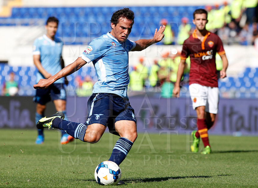 Calcio, Serie A: Roma vs Lazio. Roma, stadio Olimpico, 22 settembre 2013.<br /> Lazio midfielder Alvaro Gonzalez, of Uruguay, kicks the ball during the Italian Serie A football match between AS Roma and Lazio, at Rome's Olympic stadium, 22 September 2013.<br /> UPDATE IMAGES PRESS/Isabella Bonotto