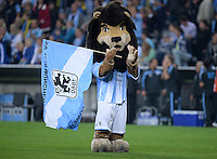 FUSSBALL   DFB POKAL 2. RUNDE   SAISON 2013/2014 TSV 1860 Muenchen - Borussia Dortmund         24.09.2013 1860 Muenchen Maskottchen Sechzgerl mit Fahne