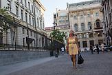 """Ynia während einer Besorgung im Zentrum von Bukarest """"In Manila seien die Menschen viel bescheidener, und die Stimmung nicht so glamourös und liberal"""" sagt Ynia  / Ynia kam 2011 aus den Phillipinen nach Rumänien, ihre Familie geriet damals in finanzielle Schwierigkeiten. Das kleine Geschäft ging Bankrott. Als ältestes Kind musste Ynia ihr Studium der Ingenieurwissenschaften unterbrechen, um ihre Geschwister zu unterstützen. Sie beschloss, dem Beispiel vieler anderer Philippinerinnen zu folgen und sich um eine Stelle als Tagesmutter in Europa zu bewerben. Da es in Italien oder Spanien schwieriger gewesen wäre ging sie nach Rumänien. Mittlerweile (Stand2015) arbeitet sie bei einer netten Roma-Familie in Bukarest, hatte aber vorher schlechte Erfahrungen gemacht."""