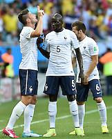 FUSSBALL WM 2014  VORRUNDE    GRUPPE E     Schweiz - Frankreich                   20.06.2014 Olivier Giroud (li) jubelt. Mamadou Sakho und Yohan Cabaye (v.l., alle Frankreich) sind emotional deutlich verhaltender