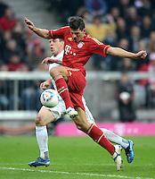 FUSSBALL   1. BUNDESLIGA  SAISON 2011/2012   31. Spieltag FC Bayern Muenchen - FSV Mainz 05       14.04.2012 Radoslav Zabavnik (li, 1. FSV Mainz 05) gegen Mario Gomez (FC Bayern Muenchen)