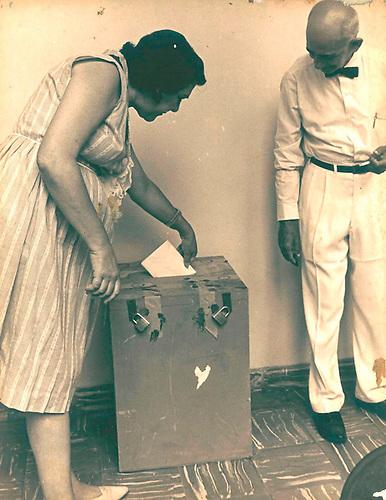 """En las  dictaduras  """"constitucionales""""  la reelección va y vuelve, y las votaciones se convierten en simulacros, circa 1970. © Apeco"""