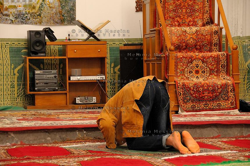 Preghiera nella moschea di Palermo.<br /> Prayer in the mosque in Palermo.