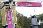 Foto: VidiPhoto<br /> <br /> ARNHEM - Molenaars van het Nederlands Openluchtmuseum in Arnhem plaatsen dinsdag de eerste roze zeilen op de wieken van een van de zeven molens in het museumpark. Het is een eerbetoon aan de Giro D'Italia die dit weekend langs het Openluchtmseum rijdt. De komende dagen worden nog vier andere molens opgetuigd met roze zeilen. Het Nederlands Openluchtmuseum is een van de drie highlights in Arnhem die samen met de Giro in beeld gebracht worden. De zeilen zijn dan een roze saluut aan de wereld van Nederland als molenland. De wieken worden bovendien in de zogenoemde vreugdestand gezet. Vanwege de komst van het wielerevenement wordt heel Arnhem op dit moment in het roze getooid.