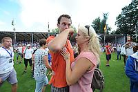 KAATSEN: FRANEKER: It Sjûkelân, 30-07-2014, PC (Permanente Commissie), Taeke Triemstra kon vanwege een schouderblessure niet door kaatsen, Emotioneel zoek hij troost bij zijn vrouw tijdens de prijsuitreiking, ©foto Martin de Jong