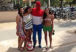 Foto: VidiPhoto<br /> <br /> BAR&Ccedil;ELONA - Hij waagt zich vrijdag nogal uitdagend in het hol van de leeuw, Menno Murray (37) uit Oosterbeek. Gekleed in een rood-wit-blauw stretchpak loopt en zit hij in Bar&ccedil;elona tussen de Spaanse supporters. De opvallende en verplichte outfit is onderdeel van het vrijgezellenfeest dat zijn vrienden hem aanbieden. Op 22 augustus treedt hij in het huwelijk. Tenminste... als hij de Spaanse furie overleeft. Om de nogal luiddruchtige Menno een lesje te leren, is de reis naar Spanje gepland op het moment dat Nederland en Spanje tegen elkaar uitkomen op het WK voetbal in Brazili&euml;.