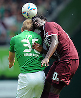 FUSSBALL   1. BUNDESLIGA   SAISON 2011/2012    1. SPIELTAG SV Werder Bremen - 1. FC Kaiserslautern             06.08.2011 Lennart THY (li, Bremen) gegen RODNEI (re, Kaiserslautern)