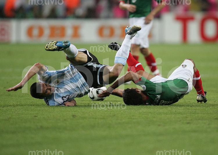 Fussball WM 2006  Achtelfinale   Argentinien - Mexiko , Argentina - Mexico  ZINHA (MEX) gegen Lionel SCALONI (ARG)