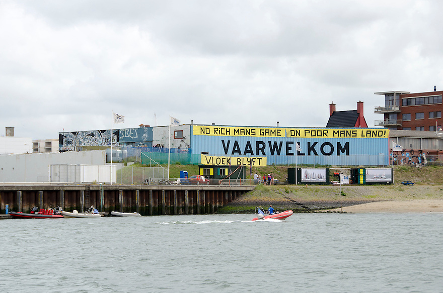 18juni Scheveningen<br /> Drukte rond de Volvo ocean race. Protest tegen het kapitaal. Een kraakpand moet ontruimd voor nieuwbouw.<br /> <br /> (c)renee teunis