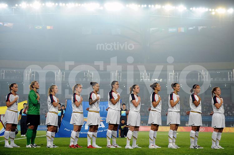 Olympia 2008  Peking  Fussball  Frauen   06.08.2008 Norwegen - USA Die us-amerikanische frauen Mannschaft steht in einer Reihe waehrend der Nationalhymne.
