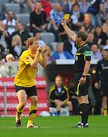 2. Oktober 2011: Muenchen, Allianz Arena: Fussball 2. Bundesliga, 10. Spieltag: TSV 1860 Muenchen - SG Dynamo Dresden: Dresdens Florian Jungwirth (l) sieht von Schiedsrichter Tobias Christ (M) die Gelbe Karte.