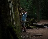 Älterer Mann fotografiert das Warnschild und die Nummernbezeichnung des Bunkers ab. / Wolfsschanze, Wolf's Lair