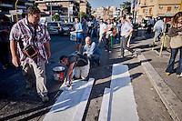 Roma 30 Maggio 2015<br /> Gli abitanti del quartiere Aurelio Boccea dove il il 27 Maggio un&rsquo;auto con tre rom a bordo, in via Battistini ha travolto nove persone, uccidendo sul colpo la filippina di 44 anni, Corazon Perez Abordo verniciano sulla strada, a poca distanza dal luogo dell'incidente, le strisce pedonali per protestare contro il comune di Roma e il sindaco Ignazio Marino per la mancanza di segnaletica adeguata.<br /> Rome May 30, 2015<br /> The inhabitants of the neighborhood Aurelio Boccea where the May 27 c a car with three Roma on board struck nine people in via Battistini, instantly killing 44-year-old Filipino Corazon Abordo Perez., painting on the street, not far from the place of 'accident, the pedestrian crossing to protest the City of Rome and the mayor Ignazio Marino for the lack of adequate signage.