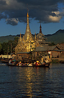 Asie/Birmanie/Myanmar/Plateau Shan/Nyaungshwe : Lac Inle - Pagode sur le canal et pirogues