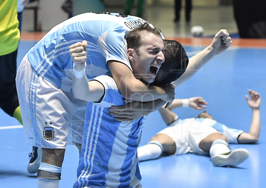 CALI -COLOMBIA-01-10-2016: Leandro Cruzzolino jugador de Argentina celebra el título como campeones después del encuentro entre Rusia y Argentina por la final de la Copa Mundial de Futsal de la FIFA Colombia 2016 jugado en el Coliseo del Pueblo en Cali, Colombia. / Leandro Cruzzolino player of Argentina celebrates as champions after the match between Rusia and Argentina for the final of the FIFA Futsal World Cup Colombia 2016 played at Metropolitan Coliseo del Pueblo in Cali, Colombia. Photo: VizzorImage/ Gabriel Aponte / Staff