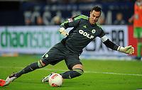 FUSSBALL   1. BUNDESLIGA  SAISON 2012/2013   7. Spieltag   FC Schalke 04 - VfL Wolfsburg        06.10.2012 Torwart Diego Benaglio (VfL Wolfsburg) Einzelaktion am Ball