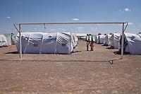 Tunisie Camp UNHCR de refugies libyens a la frontiere entre Tunisie et Libye dans un camp de foot ....Tunisia UNHCR refugees camp  Tunisian and Libyan border in a soccer camp   Vue generale du camp ....general camp landscape campo profughi frontiera libica in campo da calcio