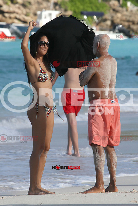 PAP1212PA360.RUSSELL SIMMONS AND GIRLFRIEND Hana Nitsche HAVING IN ST BARTS WITH EX-WIFE KIMORA LEE AND KIDSPAP1212PA360.RUSSELL SIMMONS AND GIRLFRIEND Hana Nitsche HAVING IN ST BARTS WITH EX-WIFE KIMORA LEE AND KIDS