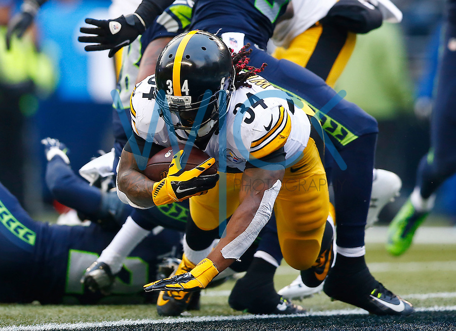 DeAngelo Williams #34 of the Pittsburgh Steelers runs in for a touchdown in the second quarter against the Seattle Seahawks during the game at CenturyLink Field on November 29, 2015 in Seattle, Washington. (Photo by Jared Wickerham/DKPittsburghSports)