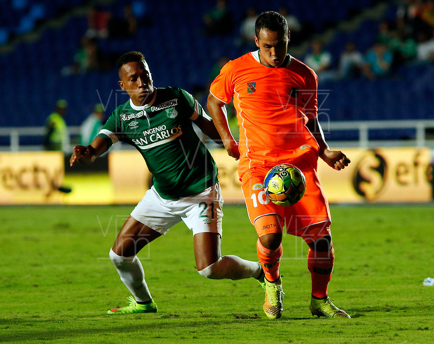 CALI -COLOMBIA-01-11-2014. Victor Giraldo (Izq) del Deportivo Cali disputa el balón con Jonathan Alvarez (der) de Envigado FC durante partido por la fecha 17 de la Liga Postobón II 2014 jugado en el estadio Pascual Guerrero de la ciudad de Cali./ Deportivo Cali player Victor Giraldo (L) fights for the ball with Envigado FC player Jonathan Alvarez (R) during match for the 17th date of Postobon League II 2014 played at Pascual Guerrero stadium in  Cali city.Photo: VizzorImage/ Juan C. Quintero /STR