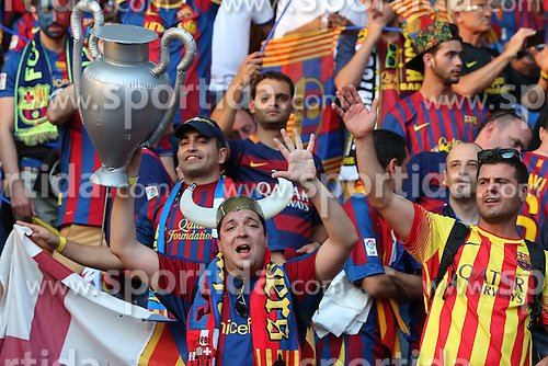 06.06.2015, Olympia Stadion, Berlin, GER, UEFA CL, Juventus Turin vs FC Barcelona, Finale, im Bild Fan des FC Barcelona mit der Trophae // during the UEFA Champions League final match between Juventus FC and Barcelona FC at the Olympia Stadion in Berlin, Germany on 2015/06/06. EXPA Pictures &copy; 2015, PhotoCredit: EXPA/ Eibner-Pressefoto/ Sch&uuml;ler<br /> <br /> *****ATTENTION - OUT of GER*****