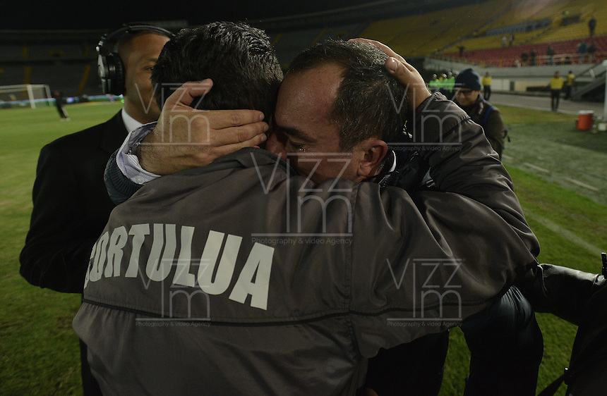 BOGOTÁ -COLOMBIA, 21-01-2015. Jaime de la Pava técnico de Cortulua celebra el paso de su equipo a la primera división del fútbol profesional colombiano después del encuentro con Unión Magdalena en partido por la fecha 3 de los cuadrangulares de ascenso Liga Aguila 2015 jugado en el estadio El Campín de la ciudad de Bogotá./ Jaime de la Pava coach of Cortulua celebrates the passage of his team to the first division of Colombian football after the match against Union Magdalena on match for the third date of the promotional quadrangular Aguila League 2015 played at El Campin stadium in Bogotá city. Photo: VizzorImage/ Gabriel Aponte / Staff