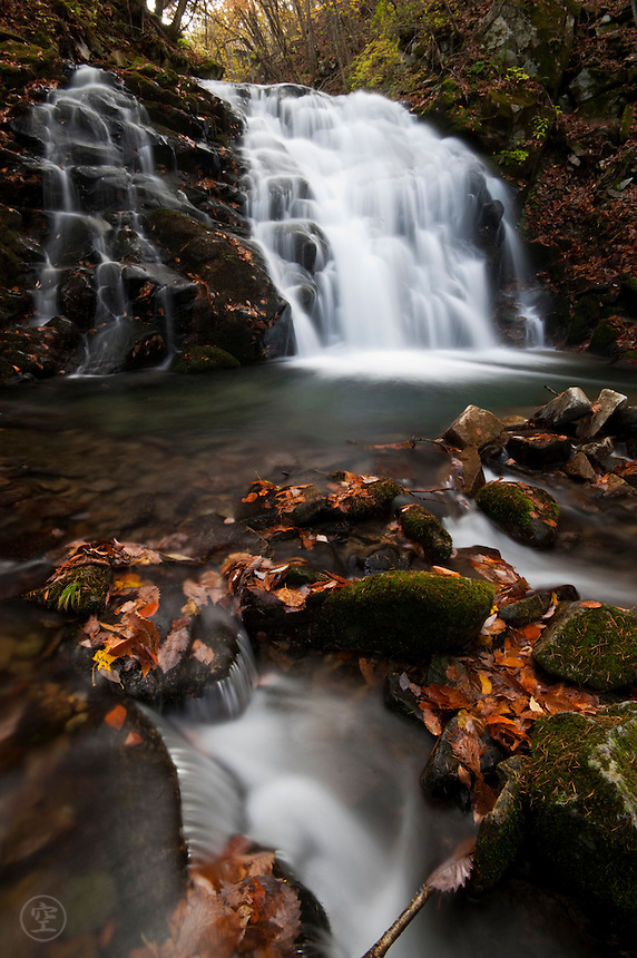 Autumn. Fallen leaves on wet rock, caught by the flowing stream. The waterfall rushes, pools, spills down the mountainside. The Japanese mountain landscape is bewitching. <br /> <br /> (title translation H. Mack Horton)