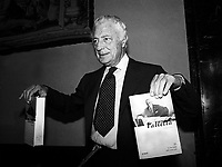 "Roma 1983 .Roma  Gianni Agnelli  presenta il libro ""VALLETTA""   di Pietro Bairati.   .Roma Gianni Agnelli, the book presents ""VALLETTA"" by Pietro Bairati. 1983"