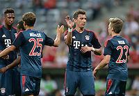 Fussball  International   Audi Cup 2013  Saison 2013/2014   31.07.2013 FC Bayern Muenchen 2-0 Sao Paulo FC  Torschuetzen; Mario Mandzukic (Mitte, FC Bayern Muenchen) klatscht Mitchell Weiser (re, FC Bayern Muenchen)  ab
