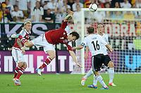 FUSSBALL  EUROPAMEISTERSCHAFT 2012   VORRUNDE Daenemark - Deutschland       17.06.2012 William Kvist (Daenemark) gegen Philipp Lahm (Mitte) und Mesut Oezil (re, beide Deutschland)