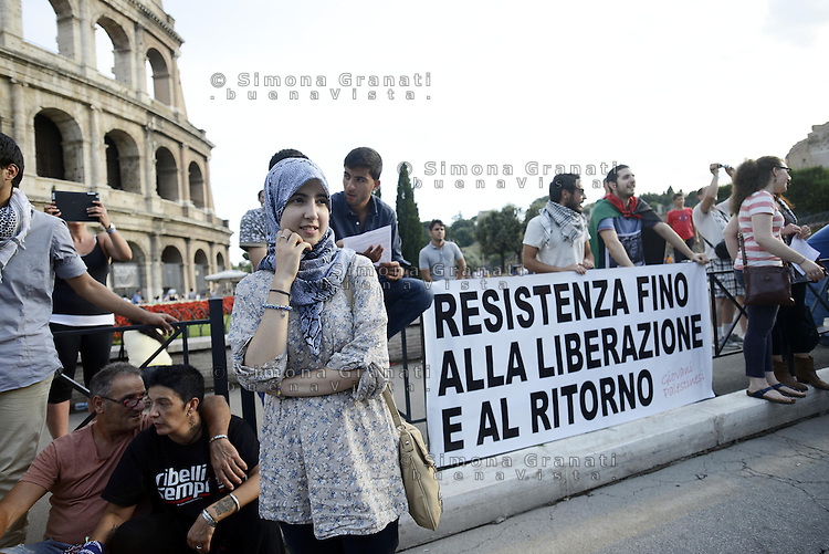 Roma 26 Luglio 2014<br /> Colosseo<br /> Presidio in solidariet&agrave; alla resistenza del popolo palestinese e contro l'offensiva militare israeliana nella Striscia di Gaza.<br /> La  protesta organizzata dalla comunit&agrave; dellee dei giovani palestinesi, &egrave; in concomitanza in tutta Europa e Mondo.<br /> <br /> Rome July 26, 2014 <br /> Protest in solidarity with the resistance of the Palestinian people, and against the Israeli military offensive in the Gaza Strip.<br /> The protest was organized by the Palestinian youth, is at the same time throughout Europe and the World .