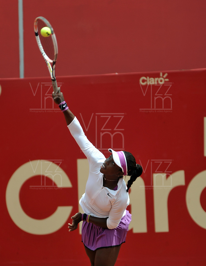 BOGOTA - COLOMBIA - 11-04-2016: Sachia Veckery de Estados Unidos, sirve a Yuliana Lizarazo de Colombia, durante partido por el Claro Colsanitas WTA, que se realiza en el Club El Rancho de Bogota. / Sachia Veckery from United States serves to Yuliana Lizarazo from Colombia, during a match for the WTA Open Claro Colsanitas, which takes place at Club El Rancho de Bogota. Photo: VizzorImage / Luis Ramirez / Staff.