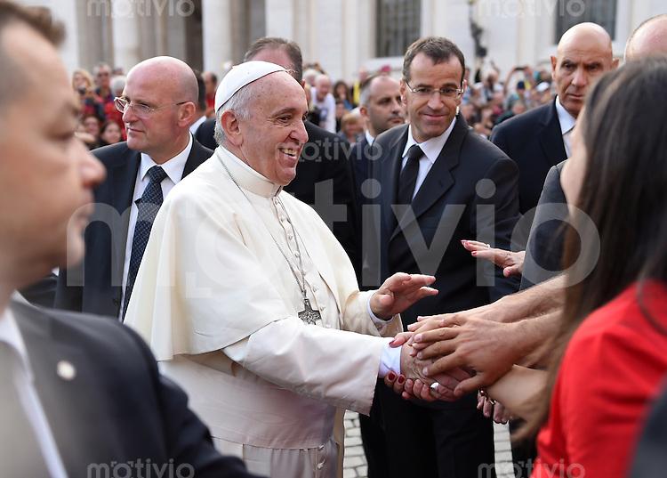 Rom, Vatikan 22.10.2014 Papst Franziskus I. schuettelt Haende bei der woechentlichen Generalaudienz auf dem Petersplatz umgeben von Bodyguards